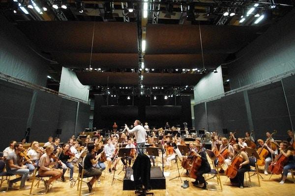 Akustikkplater over orkester