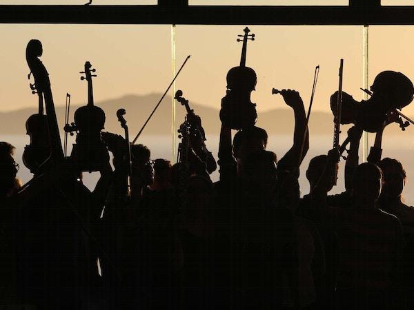 Orkester i silhuett