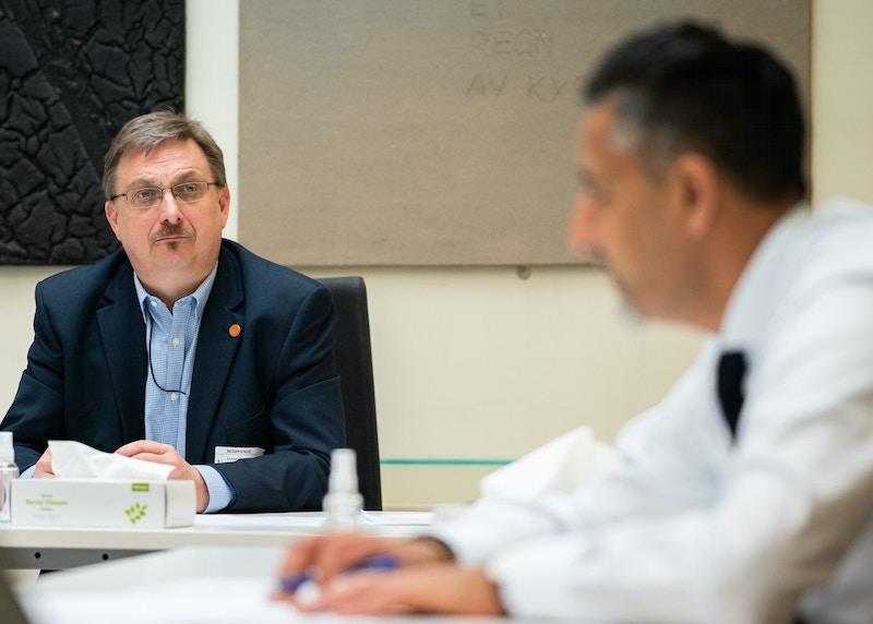 Styreleder i Korpsnett Norge Morten Skaarer lytter til kulturminister Abid Raja bredde