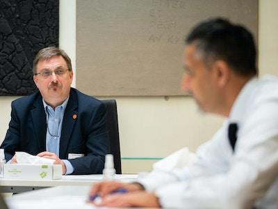Styreleder i Korpsnett Norge Morten Skaarer lytter til kulturminister Abid Raja