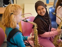 To blide jenter med saksofoner i klassekorps Ringerike 2019