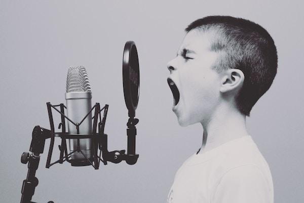 Gutt med mikrofon SH