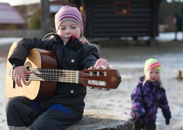 jente med gitar Sæteren gård