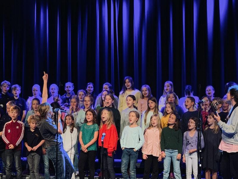 No. 4 drømmekonsert med ung i kor